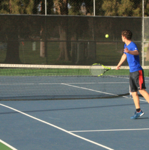 Men's tennis narrowly beats Jesuit
