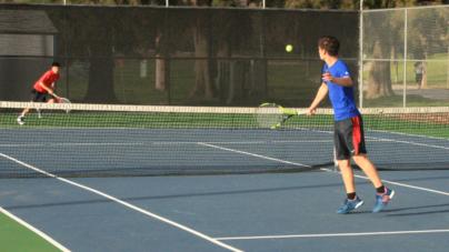Men's tennis narrowly beats Jesuit